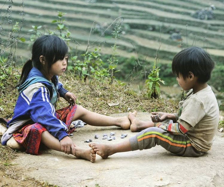Kids-playing-in-Sapa-Vietnam[1]